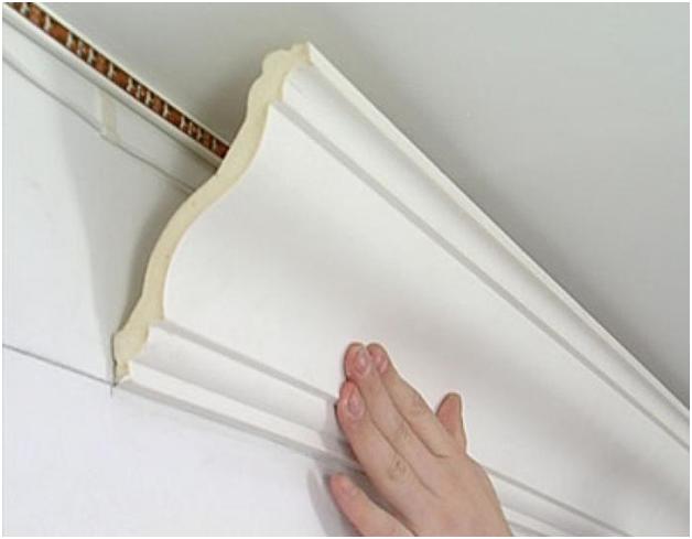 Потолочные бордюры из пенопласта и бумаги, как их клеить?