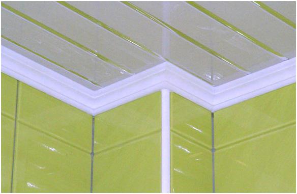 Пластиковые потолочные плинтусы 30 фото монтаж на потолок Как установить ПВХ-галтель и багет Как правильно их запилить Виды и размеры плинтусов