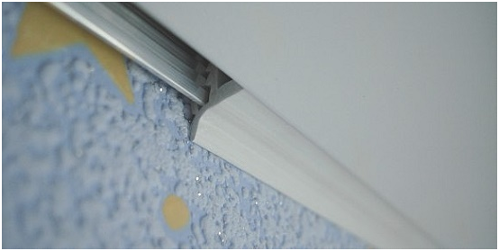 Потолочные плинтуса для ПВХ панелей, обзор и инструкция по монтажу