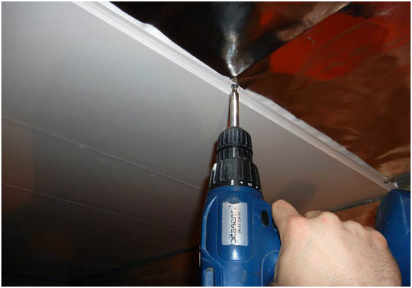 Обшиваем потолок сайдингом (7 фото)