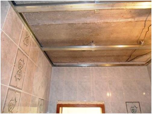 Потолок в ванной из панелей своими руками 73