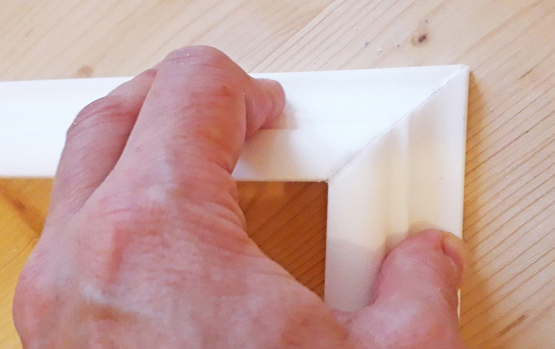 Как правильно вырезать угол на потолочном плинтусе
