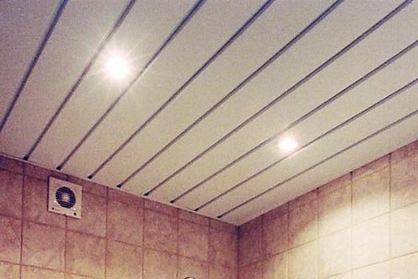 Пластиковый потолок на кухне из панелей