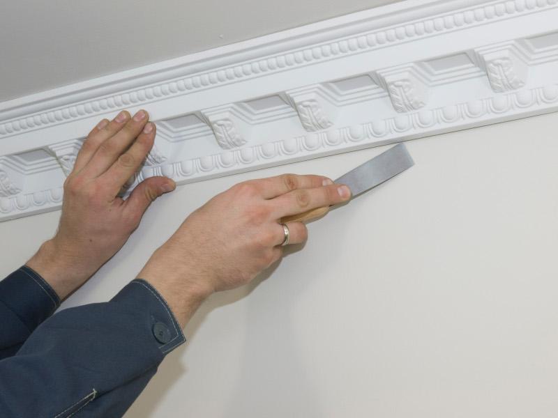 Как приклеить потолочный плинтус к натяжному потолку своими руками