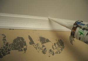 Как склеить и состыковать потолочный плинтус в углах