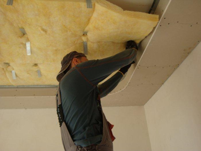 Бескаркасная шумоизоляция (вместо дюбеля «грибок» звукоизоляция дополнительно поддерживается потолочными подвесами)