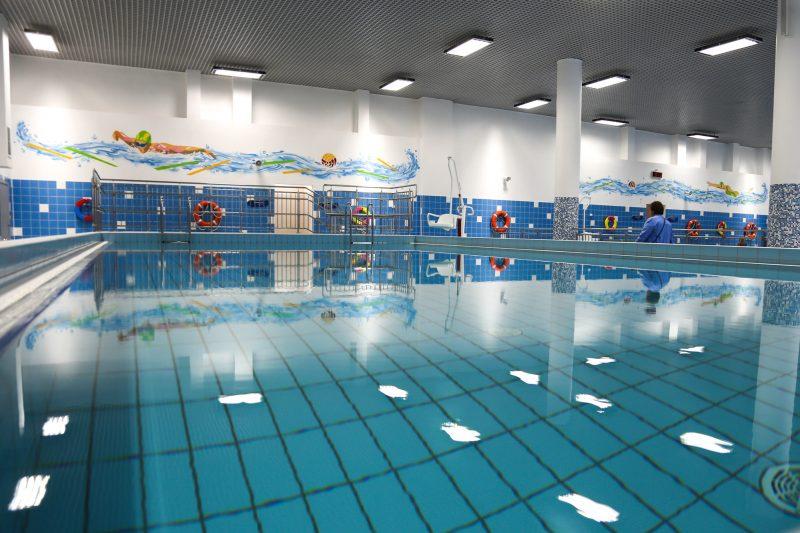 Металлический потолок в бассейне